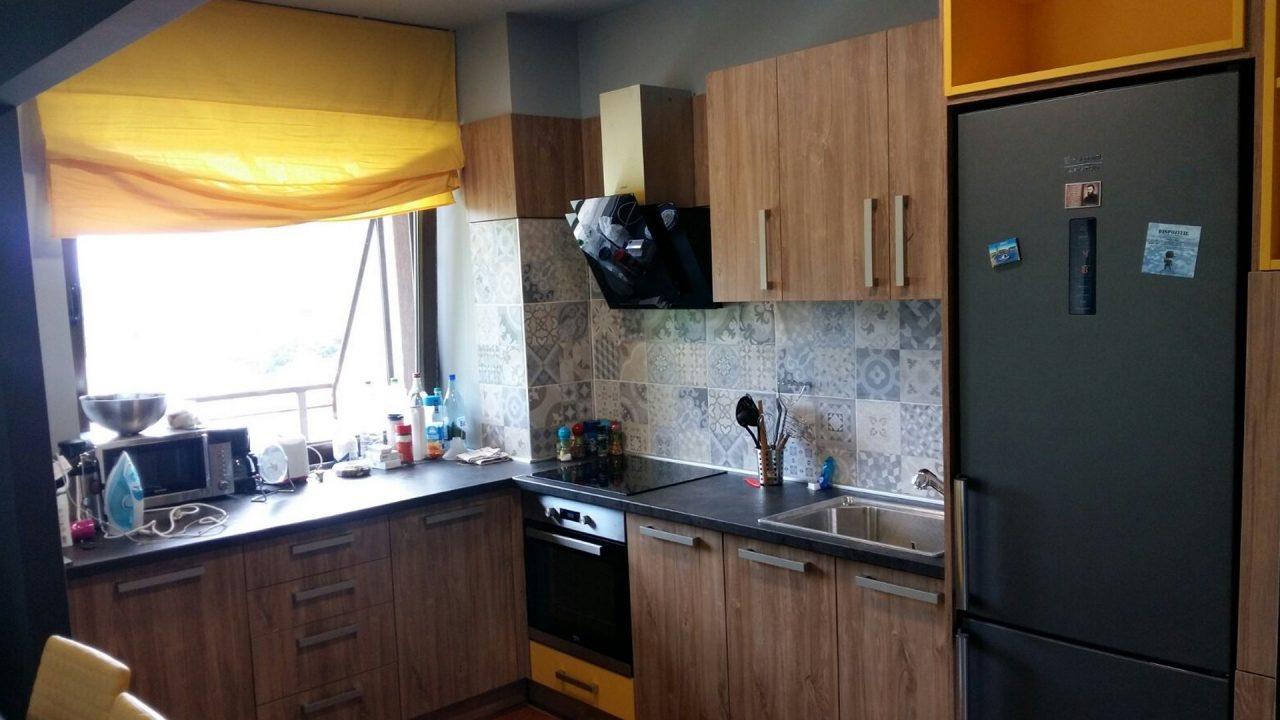 bucatarie neagra cu galben cu chiuveta plita si aragaz 2